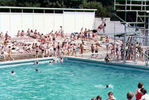 Photograph of a busy Broomhill pool